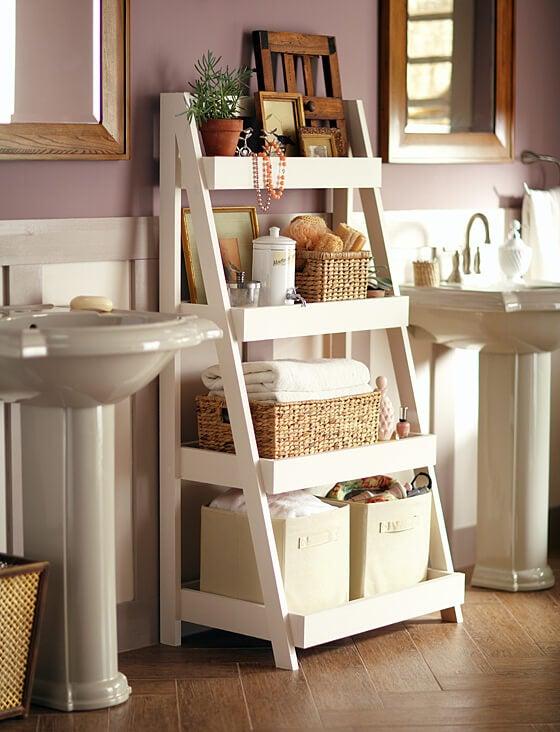 Les étagères décorent et ordonnent la salle de bain