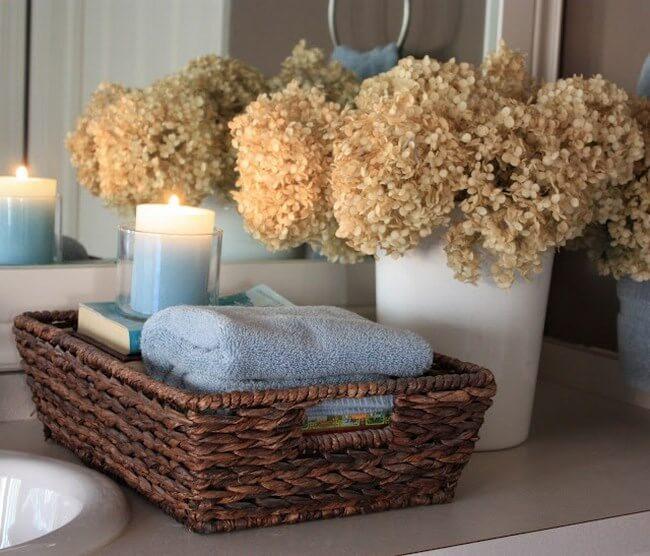 Les paniers d'osiers sont des objets aussi décoratifs que pratiques pour décorer votre salle de bains