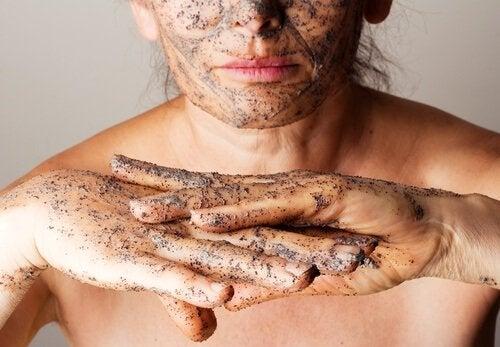 4 exfoliants corporels aux huiles essentielles pour adoucir la peau