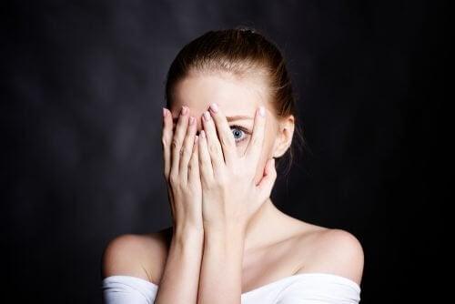 femme avec ses mains sur le visage
