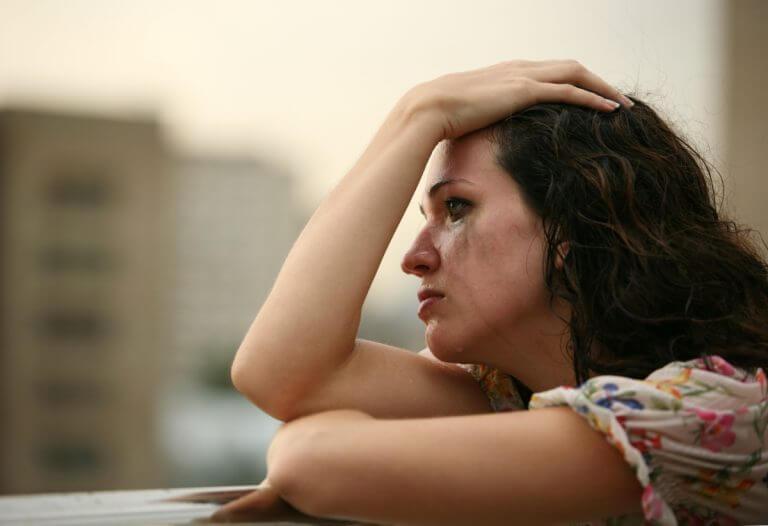 femme en pleurs à cause de sa relation de couple