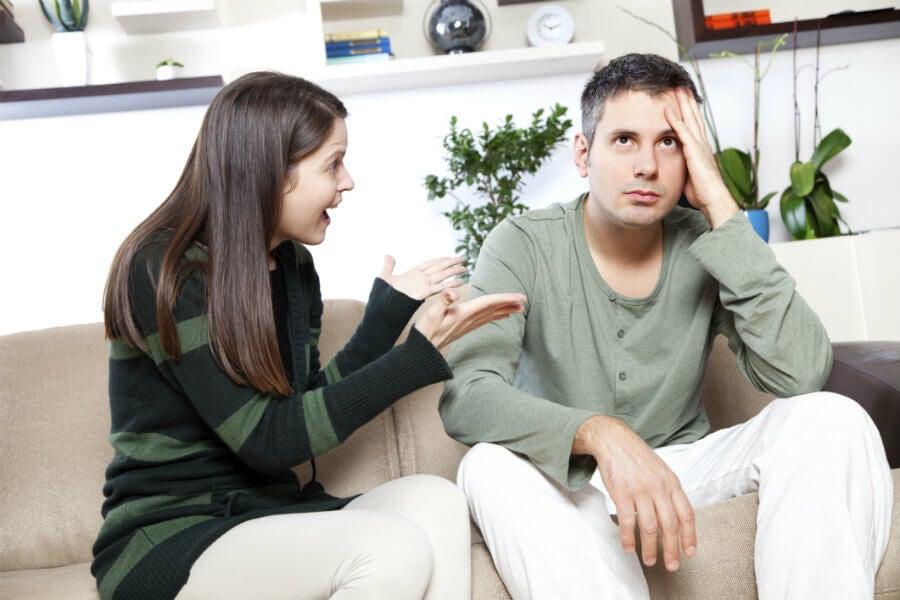 femme qui se dispute avec son conjoint