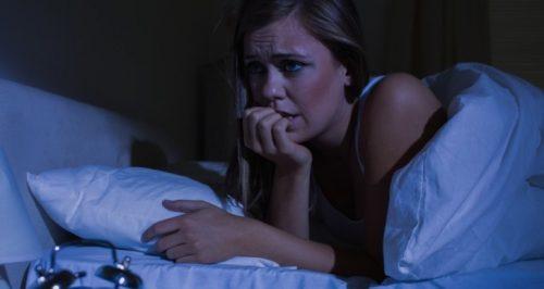 Les symptômes d'une crise de panique nocturne sont reconnaissables.