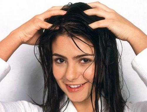 Femme qui se lave les cheveux