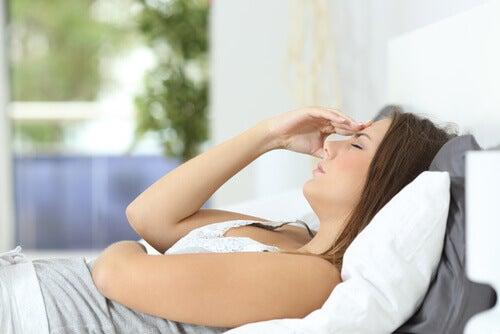 femme souffrant d'une intoxication alimentaire