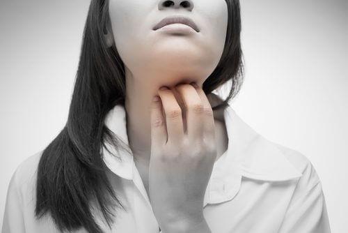 4 remèdes naturels contre la gorge irritée