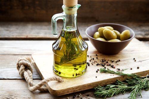 De l'huile d'olive sur un plateau avec des olives