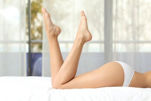 préparation d'une huile raffermissante au romarin pour les jambes