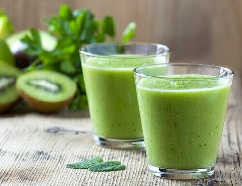 Recettes des jus verts : jus de kiwi, épinards et laitue.