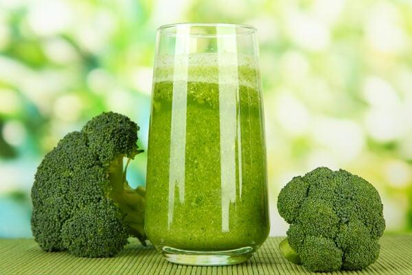 Recette des jus verts : jus de carotte, laitue et brocoli.