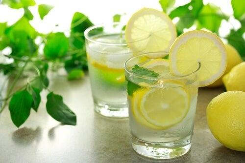 De l'eau citronnée.