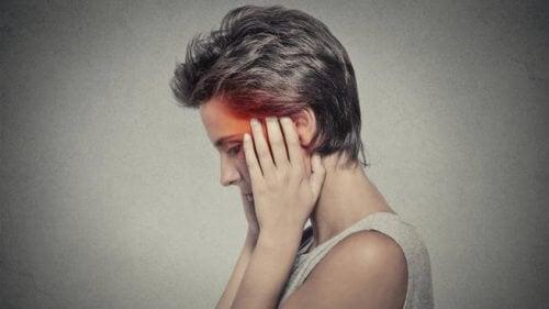 Les maux de tête nocturnes endommagent sérieusement le sommeil de ceux qui les vivent.