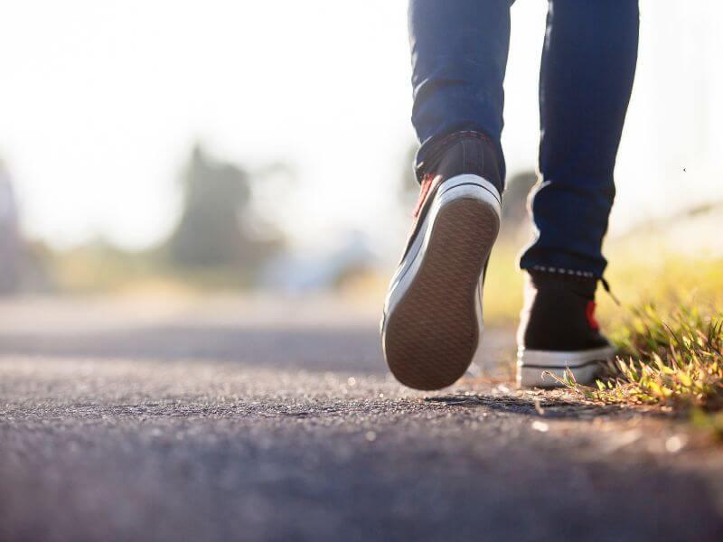 La marche augmente les niveaux d'énergie.
