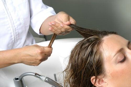 Les massages capillaires stimulent la pousse et empêchent la chute