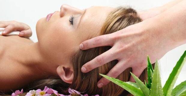 massgze du cuir chevelu pour prévenir les cheveux blancs