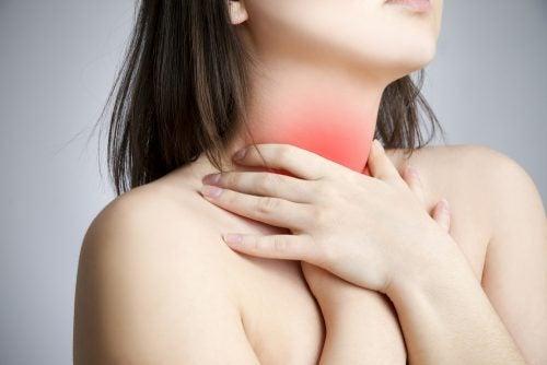 Massages pour soulager le mal de gorge.