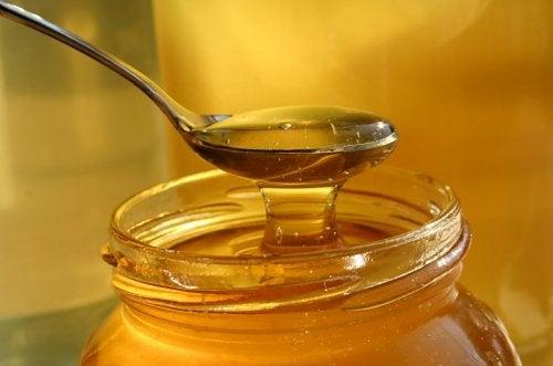 une cuillère de miel et un pot