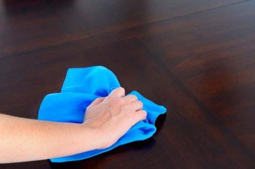 Fabriquer des chiffons de nettoyage avec de vielles chemises en coton.