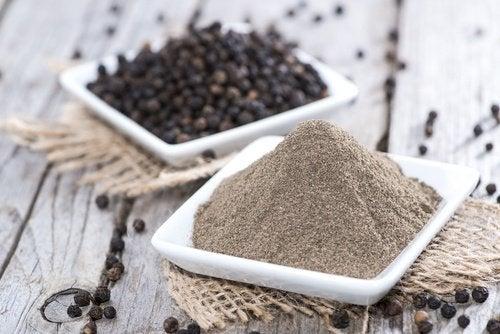 Le poivre noir est une épice qui peut être utilisée pour remplacer le sel