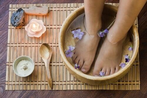 Bain des pieds avec des sels d'Epsom