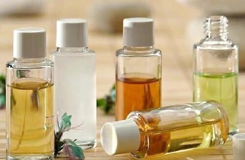 massez les sinus avec des huiles pour les nettoyer