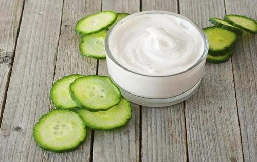 Yaourt naturel et concombre pour réduire les taches du visage