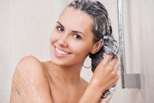 Shampooing pour éliminer les colorants capillaires