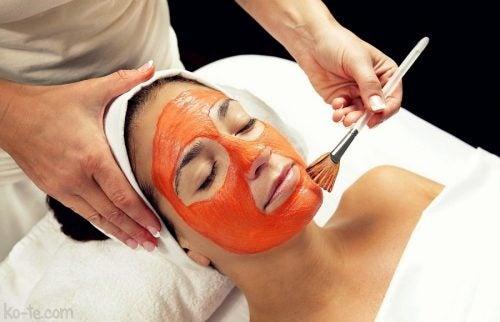 utilisez la tomate comme un masque exfoliant