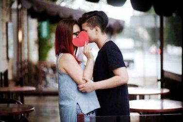 Un couple heureux et un coeur