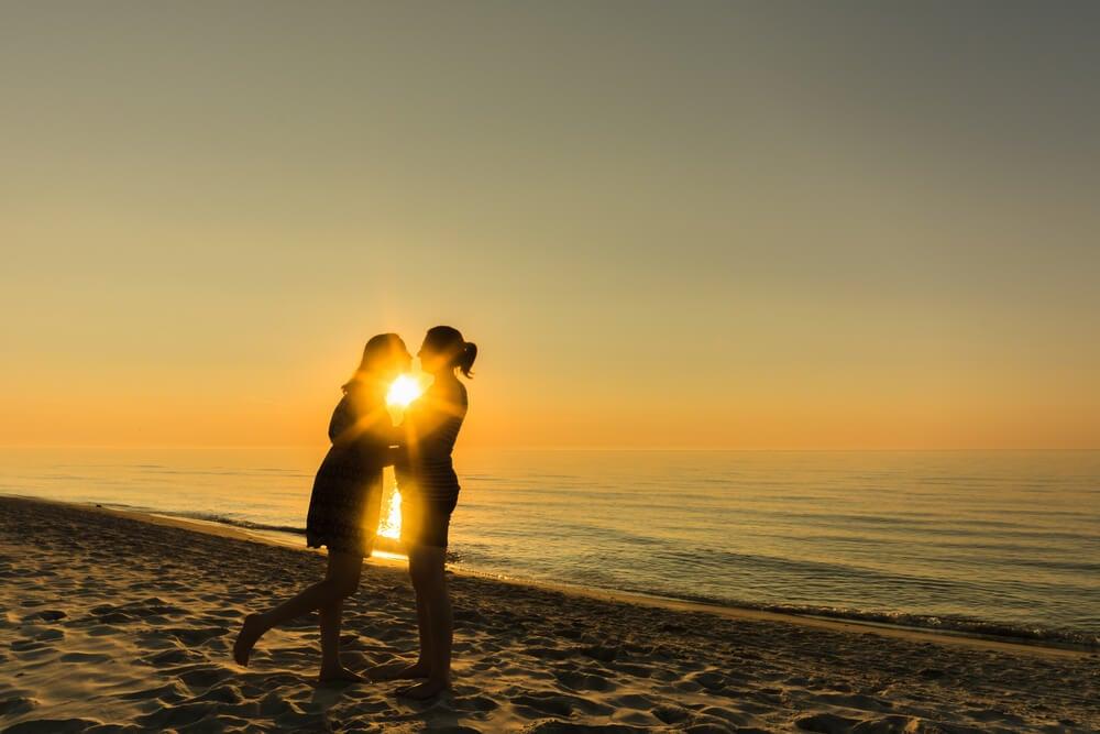 Un couple heureux qui s'embrasse