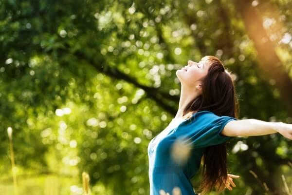 Une femme heureuse pratiquant l'ikigai