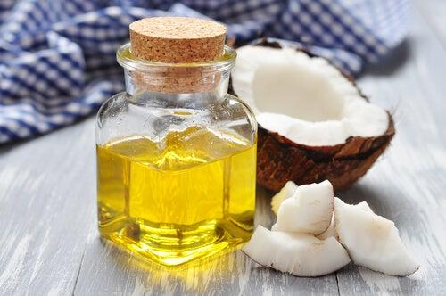 Bain de bouche à base d'huile de coco.