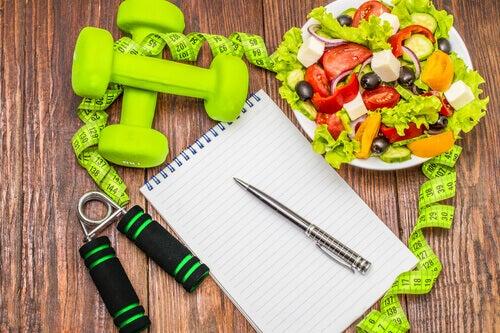 assiette de salade et haltères