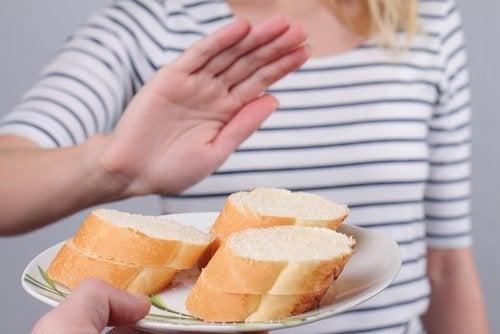 Assiette avec des morceaux de pain