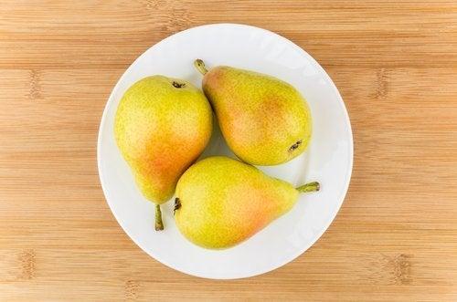 Quels fruits un bébé peut manger : la poire.