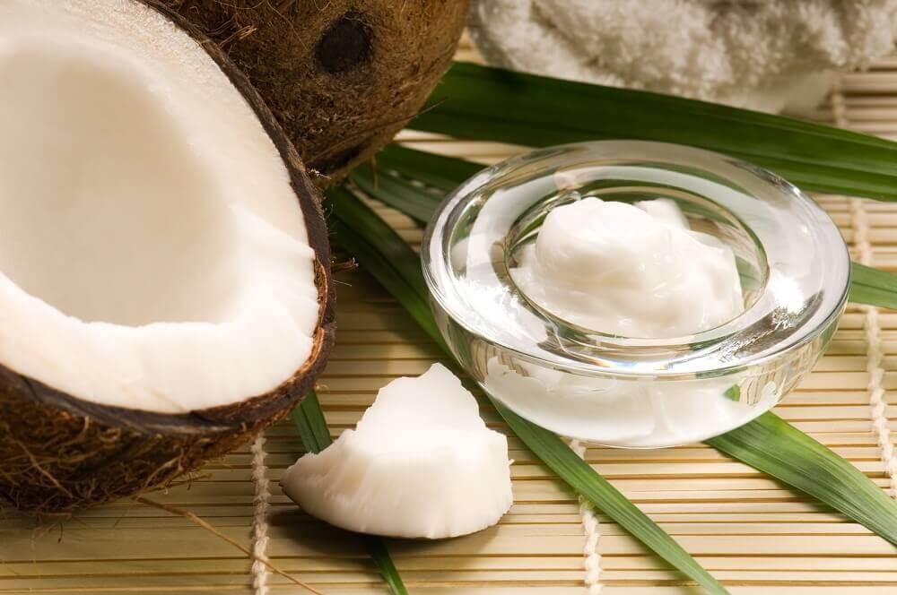 Bicarbonate de soude et huile de coco pour les taches sombres du cou