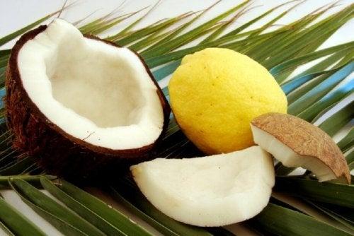 Huile de coco et jus de citron pour traiter les cheveux trop fins