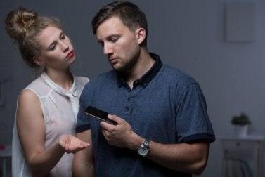 Femme qui demande le téléphone de son conjoint