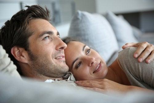 Couple amoureux qui regarde dans la même direction