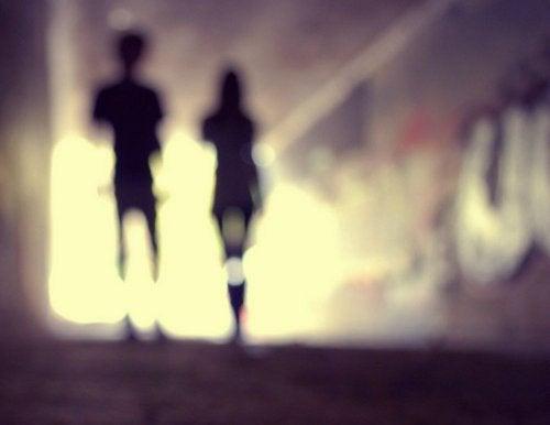 Deux silhouettes floues dans un tunnel