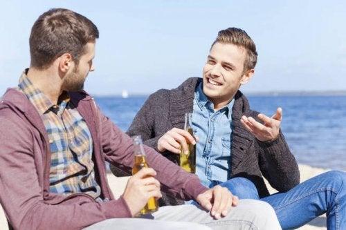 Deux amis qui parlent avec une bière à la main