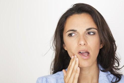 Douleur à la mâchoire et infection dentaire.