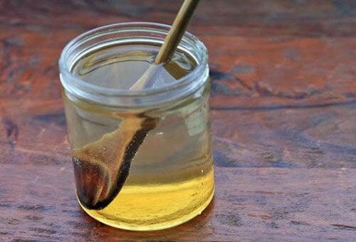 eau chaude au miel pour calmer les ulcères