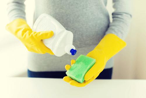 le liquide vaisselle pour éliminer les taches sur les cols de chemises