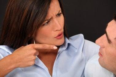 Femme qui critique son mari