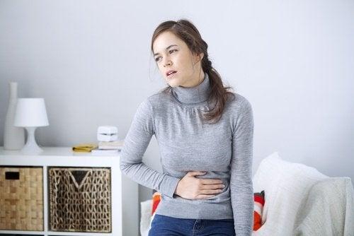Femme qui a l'air d'avoir mal au ventre