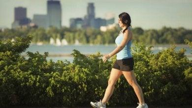 Femme en tenue de sport qui marche