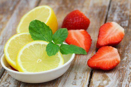 Infusions contre la cellulite: écorces de citron et fraises