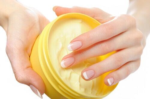 crèmes et onguents pour traiter les hémorroïdes