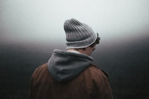 Homme de dos triste dans l'obscurité